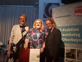 Britta Promann, SPD-Landtagskandidatin für Rosenheim Ost; Preisträgerin Katrin Hennig; Natascha Kohnen, Spitzenkandidatin für die LTW18 der BayernSPD