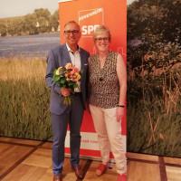 Elisabeth Jordan gratuliert dem OB Kandidaten Robert Metzger