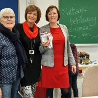 SPD-Stadträtin Gabi Leicht (rechts), Wilma Waldt (links), Petra Hertel (Mitte), Leiterin der Mittagsbetreuung an der Grundschule Erlenau